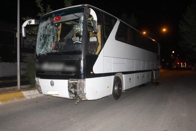 Adıyaman´da işçileri taşıyan otobüs kontrolden çıktı ortalık savaş alanına döndü