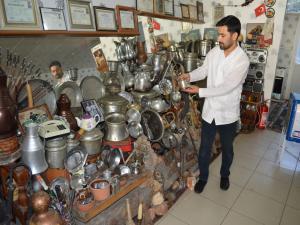 Antika Malzemelerini Berber Dükkanında Sergiliyor