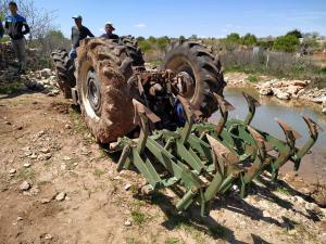 Besni'de Traktör Devrildi: 1 Yaralı