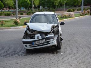 Hafif Ticari Araç İle Otomobil Çarpıştı: 4 Yaralı