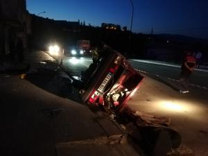Kontrolden çıkan otomobil elektrik direğine çarptı