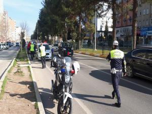 Motosiklet Polis Aracına Çarptı; 1 Yaralı