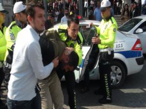 Motosikleti Sürücüsü Polislere Saldırdı: 2 Gözaltı