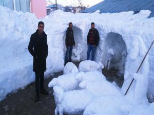 Ortaçağ Dönemine Ait Kardan Heykel Yaptı