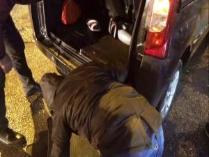 Otomobilde Sıkışan Kedi Vatandaşlar Tarafından Kurtarıldı