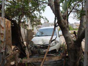Polisten Kaçan Sürücü Evin Bahçe Duvarına Girdi