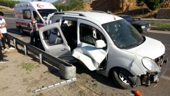 Adıyaman'da Otomobil Sürücüsü Elektrik Direğine Çarptı