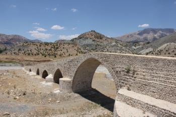 Altından suların aktığı tarihi köprünün kendisi sular altında kalacak