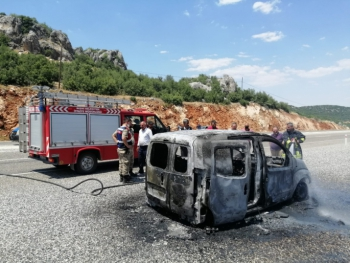 Besni'de hafif ticari araç alev alev yandı