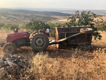 Besni'de traktör römorku devrildi: 4 yaralı