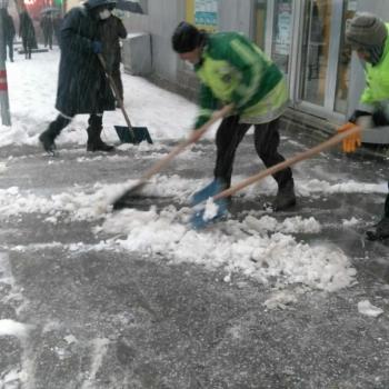 Besni´nin kaldırımları kardan temizleniyor