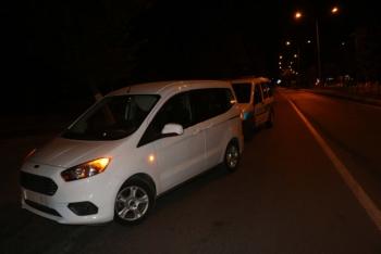 Çaldığı hafif ticari araçla polis evinin önünden geçerken yakalandı