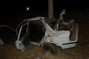 Kahta'da otomobil aydınlatma direğine çarptı: 3 yaralı