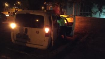 Kontrolden Çıkan Araç Evin Duvarını Yıktı