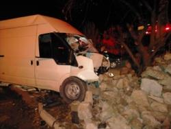 Kontrolden çıkan minibüs bahçe duvarına çarptı: 3 yaralı