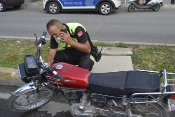 Polisi görünce motosikleti bırakıp kaçtı