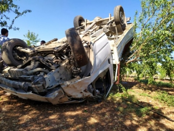 Rampa çıkan kamyonet takla attı: 3 yaralı