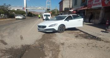 Tır ile çarpışan otomobilin sürücüsü yaralandı