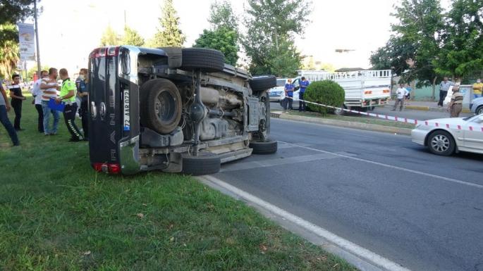 Otomobille çarpışan kamyonet takla attı: 2 yaralı