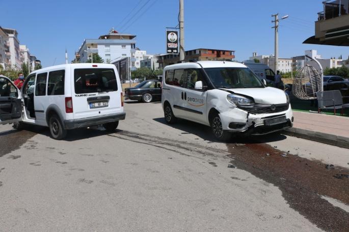 Polis aracı park halindeki otomobile çarptı: 2 polis yaralı