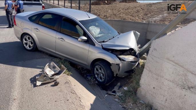 Virajı alamayan otomobil elektrik direğine çarptı: 1 yaralı