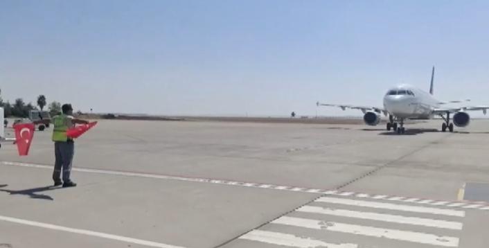 30 Ağustos Zafer Bayramı´nda gelen uçağı Türk bayrağıyla karşıladı