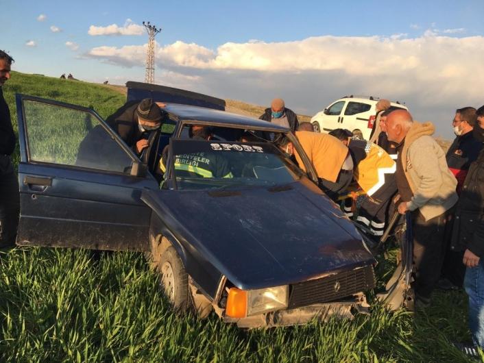 Adıyaman´da iki otomobil kafa kafaya çarpıştı: 1´i ağır 3 yaralı