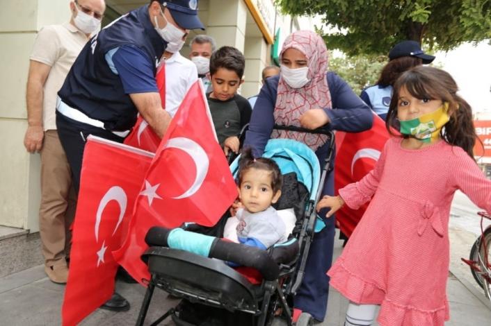 Adıyaman´da Türk Bayrağı dağıtıldı