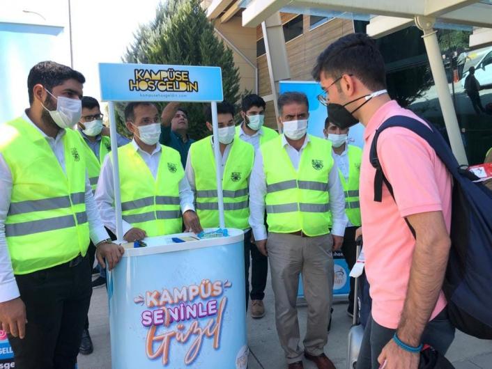 AK Partili gençler, öğrencileri havalimanında karşıladı