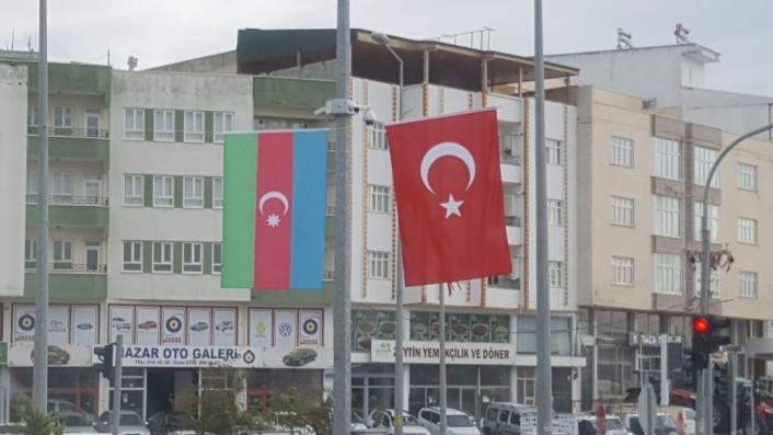 Besni Azerbaycan ve Türk Bayrakları ile donatıldı