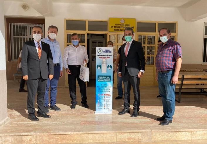 Besni Belediyesinden okullara dezenfektan standı