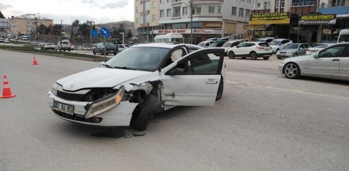 Besni´de iki otomobil çarpıştı