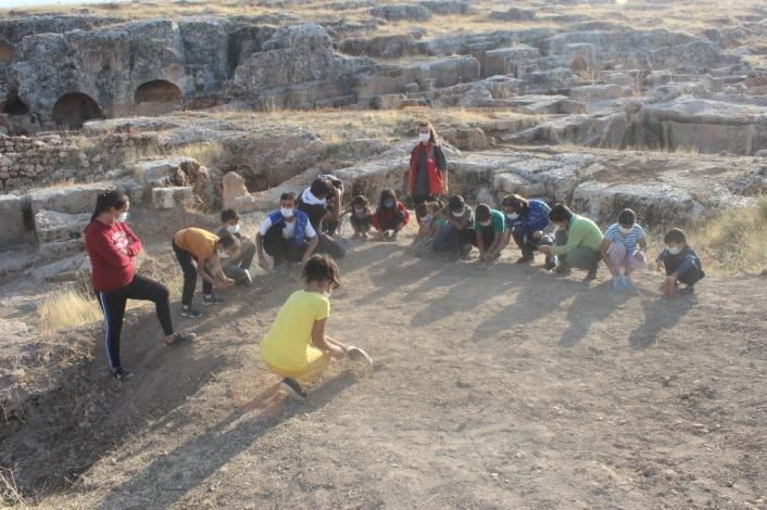 Çocuklar tarihi alanda kazı yapıp uçurtma uçurdular