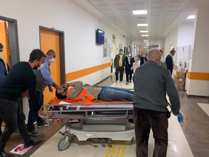 Çöp toplama kamyonu balkona çarptı: 3 yaralı