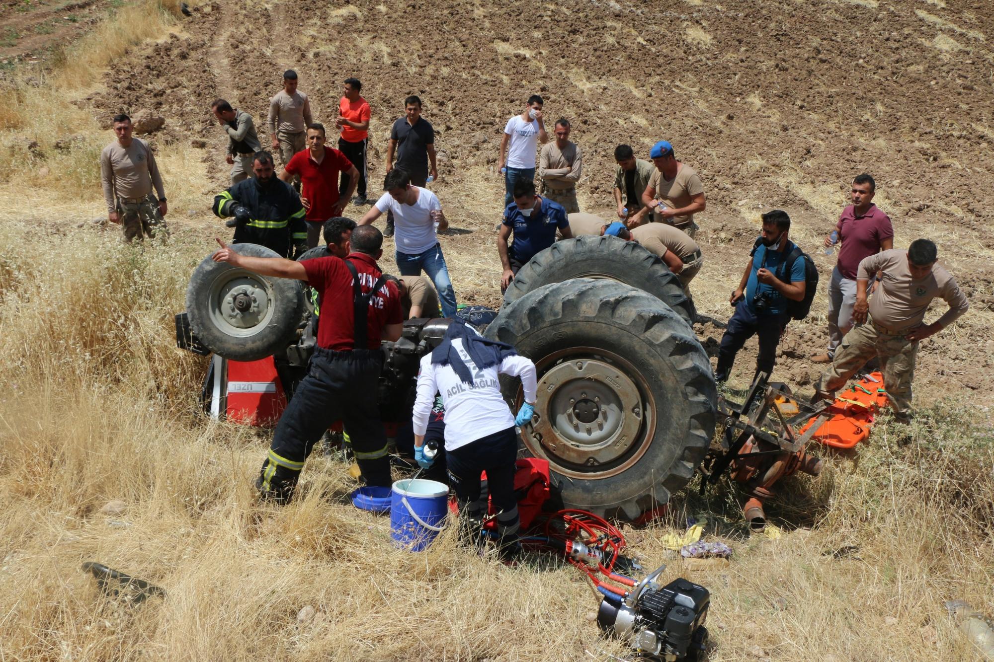 Devrilen traktör altında kalan 3 kişi ağır yaralandı