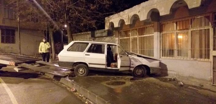Freni boşalan otomobil duvara çarptı: 3 yaralı