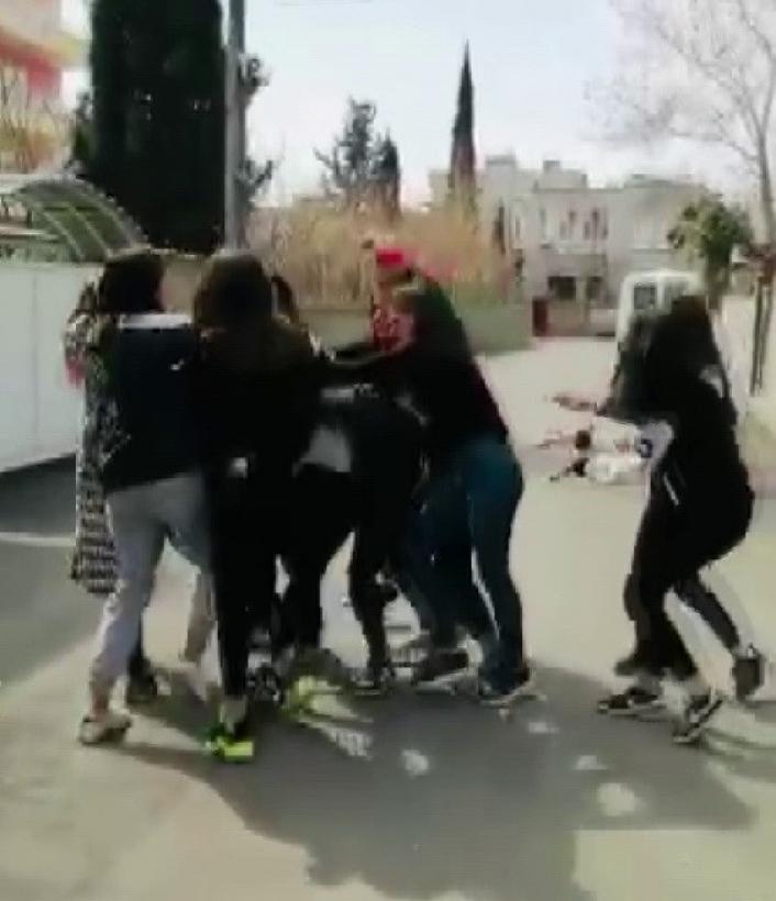 Adıyaman'da Genç kızlar saç saça baş başa kavga etti