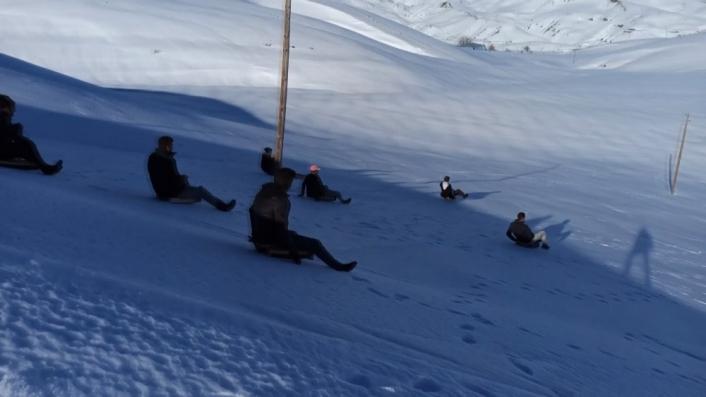Gençler kendi yaptıkları kızaklarla yüzlerce metre kaydı