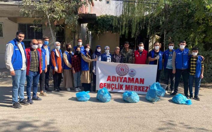 Gençler köyde temizlik yaptı