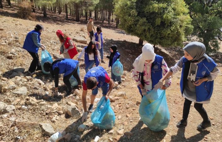 Gençlik merkezi lider ve gönüllüleri çevre temizliği yaptı