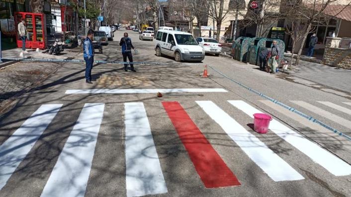 Gölbaşı Belediyesi okul önlerine kırmızı çizgi çekiyor