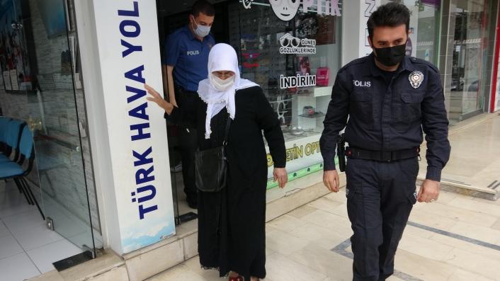 Gözlüğü kırılan yaşlı kadının yardımına polisler koştu