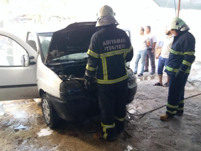 Adıyaman'da Hafif ticari araç alev alev yandı