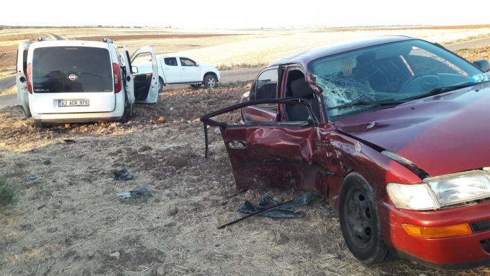 Hafif ticari araç ile otomobil kafa kafaya çarpıştı: 6 yaralı