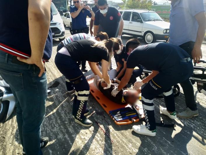Hafif ticari aracın çarptığı motosiklet sürücüsü ağır yaralandı