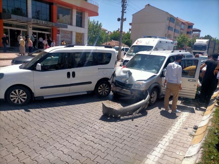Adıyaman'da Hafif ticari araçlar çarpıştı: 2 Yaralı
