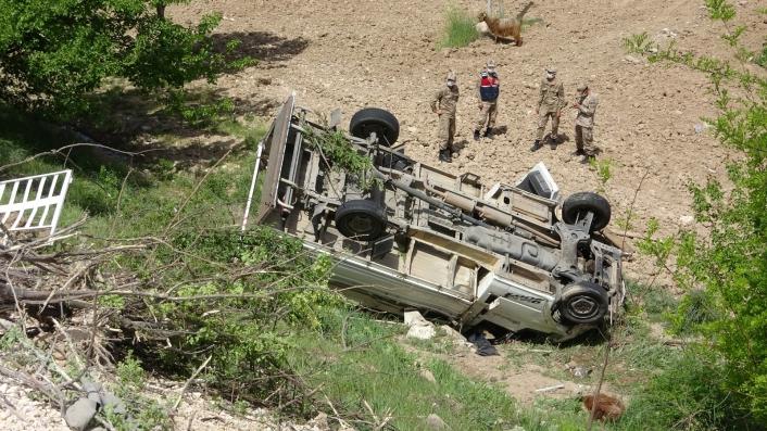 Hayvan yüklü kamyonet şarampole yuvarlandı: 1 ölü, 1 yaralı