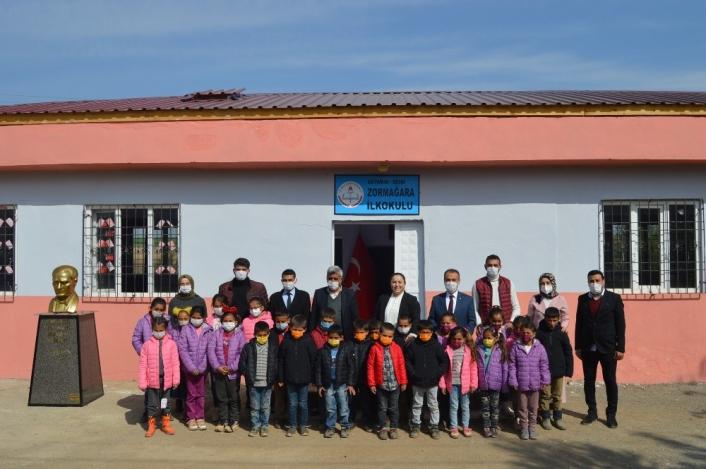 İki üniversite öğrencisi köy okulunu yeniledi