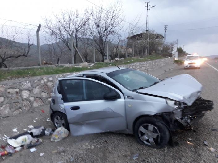 İstinat duvarına çarpan otomobil hurdaya döndü