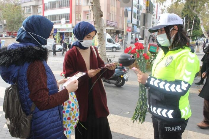Adıyaman'da Kadınlara karanfiller dağıtıldı